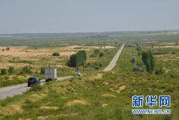 库布其首条穿沙公路 大漠中的无形丰碑