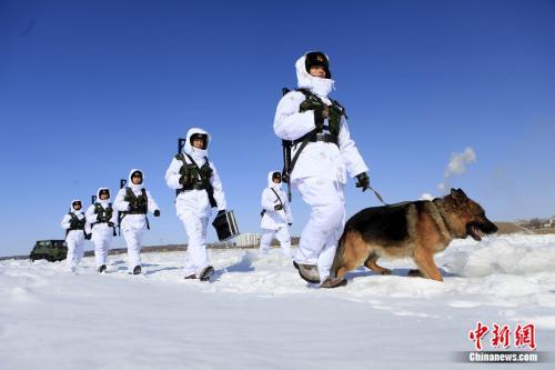 官兵在界江进行徒步巡逻。供图